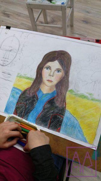 rysunek-kredkami-autoportret-na-zajeciach-grupa-dzieci